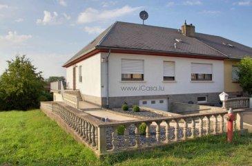 A vendre maison style bungalow, érigée sur un terrain de 3,88 ares,  comprenant un rez-de -jardin, le rez-de-chaussée et un grenier (combles),  un balcon, une terrasse et un jardin  Immeuble de structure traditionnelle, construction massive de ±1975 Partiellement rénové : Toiture refaite en « ardoise », nouvelle chaudière à condensation gaz 2011 Passport énergétique :  en cours  Agencement : Rez de jardin: un grand garage (±40m2), un hall, une buanderie/chaufferie avec douche et WC,  une grande cuisine équipée (±27m2) avec accès vers la terrasse et le jardin, une grande pièce à vivre (±30m2)  Rez-de-chaussée :un hall d'entrée, vestiaire, WC hôtes une cuisine équipée  (±11m2) donnant sur le balcon  la salle à manger & salon (±36m2)  3 chambres (± 20, 15 et 11m2),  une salle de bains,   Combles: un grand grenier  Etat général : Une rénovation est nécessaire pour remettre à jour l'intérieur de cette maison.  Les salles d'eaux sont à rénover complètement. Situation : Zone résidentielle, rue sans issue, idéal pour une famille avec enfants Grand terrain communal attenant avec des arbres fruitiers  Pour tous renseignements ou des photos supplémentaires ou pour prendre rendez-vous pour une visite, veuillez nous contacter par téléphone au (+352) 621 43 10 04 – (+352) 26 19 00 86 ou par mail : info@icasa.lu  Découvrez tous nos biens sur www.icasa.lu. Souhaitez-vous louer ou vendre votre bien, profitez de notre service de qualité. Estimation rapide et gratuite.  Agence iCasa – Bertrange BELACCHI Michel