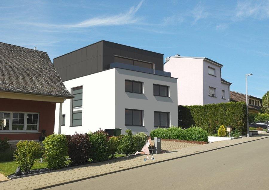 En exclusivité chez Active Invest!  Bungalow/Maison libre de 4 côtés dans une cité très calme à Sanem.  Terrain : 5.65 ares  La Maison-Bungalow est +/-9.5m large et +/-14,5m profond.  Elle se compose comme suit :  Au RDC (+/-115m2) :  Grand hall d'entrée   Living (avec cheminée) et salle à manger  Cuisine séparée  Grande chambre à coucher (+/-16m2)  Chambre à coucher (+/-13m2)  Chambre à coucher (+/-13m2)  Salle de Douche avec WC  Pièce pour diverses utilisations comme débarras   Au 1. Etage (+/-85m2)  Grandes pièces actuellement divisé en 3, possibilité de faire un studio ou des chambres à coucher  WC séparé  Balcon avec très belle vue   Sous-Sol (115m2) :  Énorme Sous-sol avec emplacements pour 2-3 voitures.  Diverses pièces  Sauna  WC séparé  Accès au Jardin  La chaudière a été remplacée en 2018   Différentes possibilités :  -Rénover le bungalow en gardant le même volume +/-200m2 habitable et +/-115m2 Sous-sol  -Agrandir et ajouter un étage de +/-70-80m2 (sous autorisation de la commune de Sanem), alors la partie habitable serait à 280m2 + Sous-Sol de 115m2 (voir 3D non contractuel)  On peut ajouter encore un étage selon le PAG (HAB-1 a-2/ 2 niveau plein + Combles) et on peut intégrer un deuxième logement dans cette maison/bungalow (logement intégré/Einliegerwohnung), mais on ne peut pas faire de résidence, car la rue est destinée à des maisons unifamiliale et maximum bi-familiale.   En général :  - Spacieuse maison/bungalow libre de 4 côtés avec 5-6 chambres à coucher, nombreux emplacements intérieur et extérieur et grand jardin  - Situation géographique exceptionnelle : Tranquillité résidentielle (cité), proche de l'autoroute et de toutes commodités  - Forêts/champs et parc à quelques pas   - Dalles en béton  - Chaudière à gaz avec boiler de 2018  - Possibilité d'agrandir la maison   Concernant les travaux : on peut encore bénéficier de +/- 340000€ de travaux à 3% de TVA (taux super-réduit), sous approbation de l'Administration de l'Enregistrement.   Nous somme
