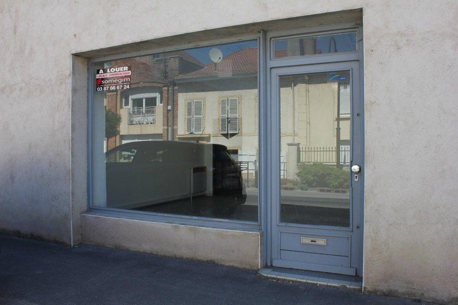 Local comprenant : - 1 pièce avec vitrine d'environ 50m² - 1 pièce à l'arrière d'environ 20m² - 1 auvent à l'arrière pour le stationnement