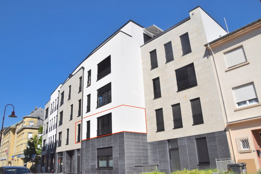 L'agence IMMOLORENA de Pétange a choisi pour vous un appartement à RUMELANGE construit en 2017 de 41 m2 au premier étage avec ascenseur dans une petite copropriété, à proximité des commerces, transports en commun et toutes commodités, il se compose comme suit:  - Un hall d'entrée de 5 m2 - Cuisine toute équipée ouverte vers le double living de 20 m2 - Une chambre de 12,50 m2 - Une salle de bain avec douche de 3,55 m2    L'appartement dispose également d'une  cave  et d'un d'un emplacement intérieur pour une voiture.  A VOIR ABSOLUMENT!!!!  Pour tout contact: Joanna RICKAL: 621 36 56 40 Vitor Pires: 691 761 110 Kevin Dos Santos: 691 318 013  L'agence Immo Lorena est à votre disposition pour toutes vos recherches ainsi que pour vos transactions LOCATIONS ET VENTES au Luxembourg, en France et en Belgique. Nous sommes également ouverts les samedis de 10h à 19h sans interruption.