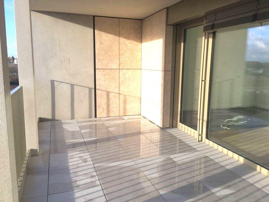 Immo Nordstrooss vous propose un charmant appartement de +/- 80m2 neuf au 2è étage avec ascenceur, incluant une place de parking intérieur et une cave de /- 6m2.    L\'appartement se compose comme suite:  Deux chambres donnant sur balcon de 8m2 avec vue sur le futur parc de la Cloche d\'Or,  dont une avec un grand dressing intégré,  une salle de bain incluant une baignoire et une douche et un WC séparé.    Une cuisine ouverte sur le séjour donnant sur une grande terrasse de 18m2 orientée Sud  De classe AAA, l\'appartement offre des prestations haut de gamme incluant fenêtres triple vitrage, VMC double-flux, façade en pierre naturelle, chauffage au sol, parquet en chêne, stores à lamelles electriques et domotique avec contrôle à distance.   Le Local vélo, le parking intérieur et la cave en sous-sol complètent le tous.  La situation est excellente à proximité de tous les commerces, transports, écoles et du centre commercial de la Cloche d\'Or ce qui rend la vie très confortable.   Pour plus de renseignements veuillez nous contacter au 691 450 317. Ref agence : 445