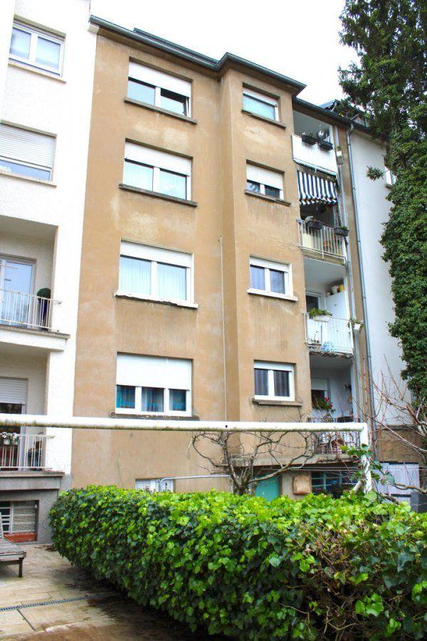 Immo Nordstrooss vous propose un appartement à Merl d'une surface habitable de 95m2.     L'appartement se compose comme suite:   - salle à manger,  - une salle de bain avec WC,  - WC séparé   - 3 chambres.     L'appartement dispose d'une moité d'un studio à la 4ème étage, possibilité de faire un duplex.   Chauffage au mazout et double vitrage et balcon.    Ce bien offre de belles finitions, une luminosité agréable. Un petit jardin se situe derrière l'appartement. Il se situe juste en face du fameux parc de Merl.    Au sous-sol une caves ainsi que la buanderie.  Située à Merl et à la frontière de Belair, la résidence se trouve dans une rue calme qui fait partie des secteurs les plus recherchés et agréables à vivre de la capitale.    Vous y bénéficierez de tous les services agrémentant la vie quotidienne, tels que commerces, restaurants, écoles, lycées, pharmacies, centres médicaux, offres culturelles et sportives.     Les grands axes de transport se trouvent à proximité et facilitent la mobilité non seulement à l'intérieur de la capitale, mais également dans l'ensemble du pays. Le centre-ville et la gare sont facilement et rapidement accessible à pied.     Pour plus de renseignements veuillez nous contacter au 691 450 317 Ref agence :397