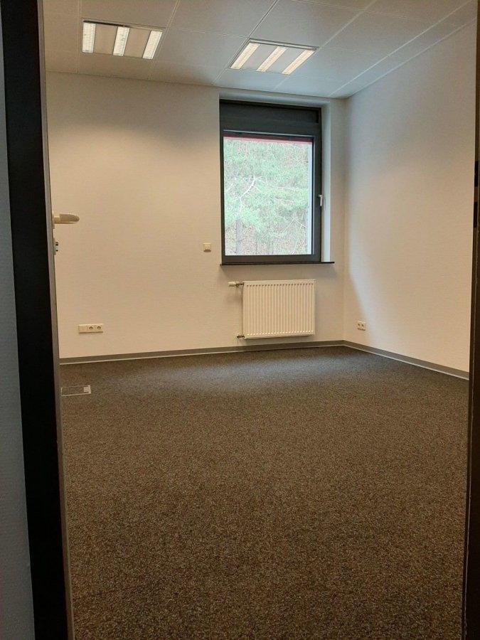 RCI - REFFAY Christophe Immobilien (691 661 661) vous présente ici   des bureaux en location à Kopstal, à 10 km de Luxembourg-Ville.  Cet objet, sur 2 niveaux, est composé comme suit :   Au RDC :  - hall d\'entrée avec espace de rangement - petite cuisine équipée + espace de restauration (+/- 9 m2)  Au 1er étage :  - bureau 1 (+/- 15 m2)  - bureau 2 (+/- 13 m2) - bureau 3 (+/- 17,50 m2)  - bureau 4 (+/- 14 m2) - 1 salle d\'eau avec douche + baignoire - 1 WC  A l\'extérieur - 3 emplacements de parking   Les charges comprennent :  - le chauffage  - la consommation d\'eau froide et chaude  - le nettoyage des alentours extérieurs   Les accès d\'autoroutes les plus proches se situent à :  - Mersch (+/- 7 km)  - Strassen (+/- 5 km)   RCI - REFFAY Christophe Immobilien 691 661 661   ---------------------------------------------------  RCI - REFFAY Christophe Immobilien (691 661 661) presents you here  rental offices in Kopstal, 10 km away from Luxembourg City. This object, on 2 levels, is composed as follows:  Ground floor - entrance hall with storage space - small fitted kitchen + catering area (+/- 9 m2)  1st floor - office 1 (+/- 15 m2) - office 2 (+/- 13 m2) - office 3 (+/- 17.50 m2) - office 4 (+/- 14 m2) - 1 bathroom with shower + bath - 1 WC  Ouside - 3 parking spaces   The charges include: - heating - consumption of cold and hot water - cleaning of the external surroundings  The nearest motorway accesses are located at: - Mersch (+/- 7 km) - Strassen (+/- 5 km)  RCI - REFFAY Christophe Immobilien 691 661 661 christophe.reffay@rci.lu  ---------------------------------------------------  RCI - REFFAY Christophe Immobilien (691 661 661) presentéiert Iech hei  Buroen zu Koplescht, 10 km vun der Stad enfernt.  Dësen Objet, op 2 Niveau\'en, as wéi folgend:  RDC :  - Entrée mat Späicherplatz - kleng équipéiert Kichen + Iessberaich (+/- 9 m2)  1. Stack - Büro 1 (+/- 15 m2) - Büro 2 (+/- 13 m2) - Büro 3 (+/- 17,50 m2) - Büro 4 (+/- 14 m2) - 1 Buedzëmmer mat Dusche + Buedbid