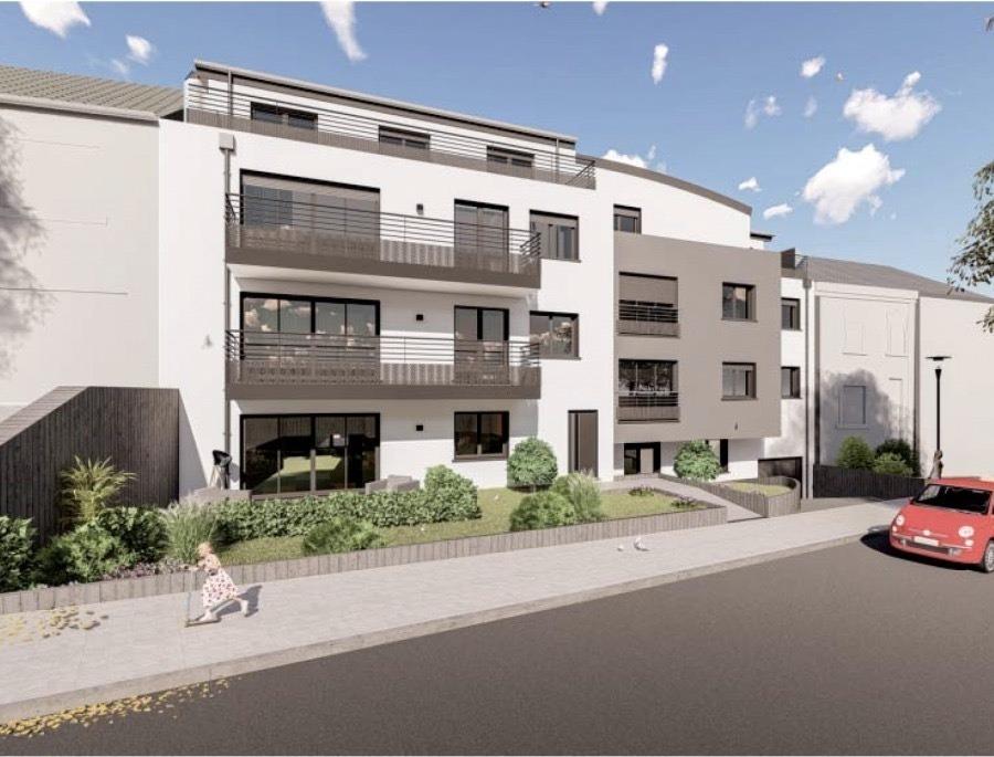 Votre agence IMMO LORENA de Pétange vous propose dans une résidence contemporaine en future construction de 13 unités sur 4 niveaux située à Rodange, 45 chemin de Brouck 1 appartement de 89.92 m2 au DEUXIEME ETAGE avec ascenseur décomposé de la façon suivante:  - Hall d'entrée de 17,66 m2 - Salle de bain de 5,30 m2 - Un WC sépare de 2 m2 - Un débarras de 3,21 m2 - Cuisine ouverte et salon de 33,66 m2 donnant accès au balcon de 6,67 m2. - Une première chambre de 12,23 m2, une deuxième chambre de 12,28 m2 - Une cave privative, un emplacement pour lave-linge et sèche-linge au sous sol et un jardin privatif de 80,52 m2. Possibilité d'acquérir un emplacement intérieur (25.000 €) ou un garage fermé intérieur (35.000€).  Cette résidence de performance énergétique AB construite selon les règles de l'art associe une qualité de haut standing à une construction traditionnelle luxembourgeoise, châssis en PVC triple vitrage, ventilation double flux, chauffage au sol, video - parlophone, système domotique, etc... Avec des pièces de vie aux beaux volumes et lumineuses grâce à de belles baies vitrées.  Ces biens constituent entres autre de par leur situation, un excellent investissement. Le prix comprend les garanties biennales et décennales et une TVA à 3%. Livraison prévue septembre 2021.  Pour tout contact: Joanna RICKAL +352 621 36 56 40 Vitor Pires: +352 691 761 110   L'agence Immo Lorena est à votre disposition pour toutes vos recherches ainsi que pour vos transactions LOCATIONS ET VENTES au Luxembourg, en France et en Belgique. Nous sommes également ouverts les samedis de 10h à 19h sans interruption.