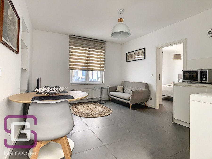 Joli appartement décoré avec goût, entièrement meublé et équipé de 35 m2 à louer en courte durée (minimum 6 mois).  Idéalement situé en plein centre-gare (Place de Paris), il est entouré de commerces divers et variés et il est très facile de se déplacer partout dans le Grand-duché depuis ce point très bien distribué par les transports.  Au 1er étage de l'immeuble, il comprend une cuisine ouverte sur le séjour, une chambre à coucher avec dressing et une salle de douche avec WC.  Tout ce dont vous avez besoin est fourni : vaisselle, tout l'électroménager dont lave/sèche-linge combi, linge de lit, fer et table à repasser, télévision, sèche-cheveux...  Vous avez besoin d'un logement temporaire, cet appartement est fait pour vous !  Chauffage gaz – triple vitrage – CPE I/I – parking dans la rue avec vignette.  • Loyer : 1.600 Euros • Charges : 200 Euros (eau, chauffage, ordures ménagères, WiFi et bouquet TV) • Électricité et assurance habitation sont à souscrire • Caution : 3.200 Euros • Frais d'agence : 1.872 Euros TTC  VISITES VIRTUELLE DISPONIBLE SUR DEMANDE  CONTACT Stéphanie Gilmer - Tél. +352 28 802 802 - contact@stephaniegilmer.com