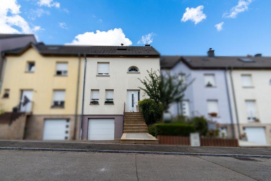 https://www.youtube.com/watch?v=0M4nJKxsI64  Azra ZEJBEKI (GSM 691 799 725)  de RE/MAX Design spécialiste de l'immobilier au Luxembourg, vous propose en exclusivité à la vente cette jolie maison entièrement rénovée dans le quartier de Niederkorn.  Cette maison aménagée avec goût se trouve à proximité de toutes commodités et se compose comme suit :  1 Hall 1 Séjour de 50m2 1 Cuisine entièrement équipée 4 Grande chambres 1 Salle de douche 1 Toilettes séparées 1 Buanderie 1 Grand garage  1 Emplacement parking extérieur 1 Jardin avec terrasse et piscine  Pas de travaux à prévoir. Disponibilité à convenir !  Les frais d'agence sont à la charge du vendeur.  Pour tout renseignement ou visite Azra ZEJBEKI reste à votre entière disposition au 691 799 725 ou azra.zejbeki@remax.lu
