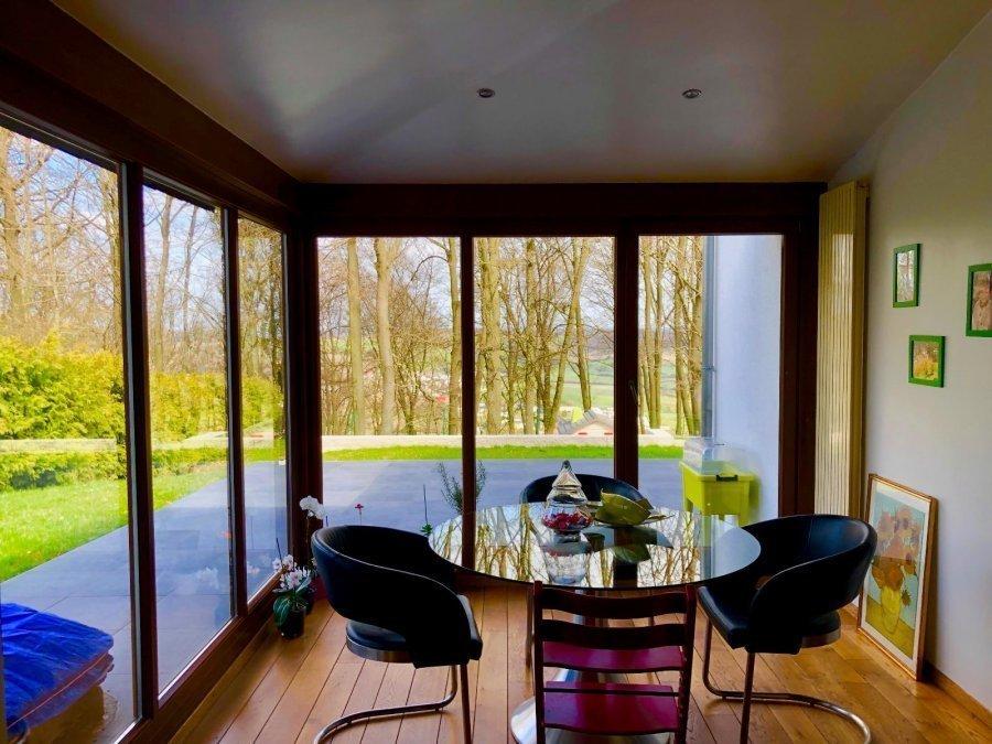 Prox Kirchberg et centre ville. Magnifique Villa moderne construite en 1998 et rénovée en 2014, le tout sur un terrain d'un peu plus de 10 ares. La maison possede 216 m2 habitable et conviendra parfaitement à une famille.  Au rez de chausée:  un hall d'entrée qui dessert le salon / sejour avec sa cheminée design, la salle a manger, une cuisine moderne et neuve avec une belle extension. l'ensemble est tres lumineux grace à de grandes baies vitrées donnant sur une magnifique terrasse. Une buanderie, un garage, un dressing et wc independant.  Au premiere etage :  un magnifique hall conduit sur une suite parentale avec mezzanine et salle de bains privative, dressing, 3 chambres.  Au sous sol : un sous complet avec cave à vin et salle de jeux.  A proximitée de ts commerces et services.