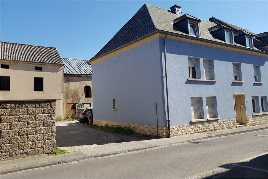 MAISON GRAND POTENTIEL A VENDRE SUR ETTELBRÜCK<br>RE/MAX spécialiste de l\'immobilier, vous propose une belle maison avec une surface habitable totale de 180m². Une place parking extérieur du centre d\'Ettelbrück et de toutes ses commodités.  Le bien pourrait être transformé en 2 unités avec 2 entrées séparées, sur le côté et l\'arrière du bâtiment. Description : Au rez-de-chaussée vous y trouverez le hall d\'entrée, une cuisine, salle à manger et salon séparé, une salle de douche avec WC séparé. Premier étage : 4 chambres de 10 m², 13m² ,17m²et 17m², ainsi que d\'une salle de bain. Deuxième étage : Vous offre un studio équipé de salle de douche d\'une superficie de +- 23 m², une salle de bain, chambre de 16,50m² et un dressing 12m².<br>