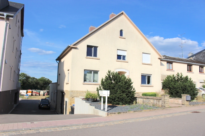 Maison à vendre 4 chambres à Grevenknapp Maison à vendre 4 chambres à Grevenknapp Maison à vendre 4 chambres à Grevenknapp Maison à vendre 4 chambres à Grevenknapp Maison à vendre 4 chambres à Grevenknapp Maison à vendre 4 chambres à Grevenknapp Maison à vendre 4 chambres à Grevenknapp Maison à vendre 4 chambres à Grevenknapp Maison à vendre 4 chambres à Grevenknapp Maison à vendre 4 chambres à Grevenknapp +10 Type : Maison Chambres : 4 Surface habitable : +/-170,00 m2 Superficie terrain : +/- 0 Ares 789 000 € Année de construction : 1956 Disponibilité : Immédiate Type de mandat : Exclusif CONTACT  Imprimer PDF Voir le plan  DESCRIPTION   !!!!!!! A DECOUVRIR !!!!!!! Belle maison Bi-familiale de +/- 170m² répartie sur 3 niveaux. Idéalement situé dans une rue à proximité des écoles, bus, elle saura vous séduire par son cadre verdoyant avec une vue à l'arrière de la maison sur une zone verte,  complètement rénové.  Celle-ci se décline comme suit:  Le rdch s'ouvre sur un spacieux hall d'entrée, un grand living/salle à manger, une cuisine équipée séparé donnant accès à une grande terrasse de +/-120m2, toilette séparé, et bureau.  Au 1er Etage se trouve hall de nuit, 4 chambres à coucher et une salle de bain et douche refaite à neuf.  Vous avez également la possibilité d'aménager les combles en chambre parentale. (Dalle béton ).  Au sous-sol, un grand garage pour 2 voitures, une buanderie, local chaufferie et cave.  A l'extérieur deux place de parking.  Informations complémentaires : - Double vitrage PVC, - Chaudière à Mazout, - Nouveaux sols - Nouveaux plafonds  - Nouvelles portes extérieure et intérieure  - Nouvelle cuisine.  Pour plus de renseignements ou une visite (visites également possibles le samedi sur rdv), veuillez contacter le 691 850 805.