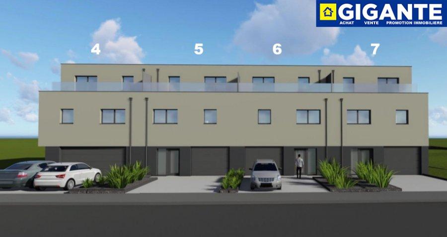 GIGANTE IMMOBILIERE vous propose :  Une belle maison unifamiliale en future construction située sur un terrain de +/- 3.82 ares à Kayl dans la rue de Noertzange. NZEB (Nearly Zero Energy Building) - AAA  Ce nouveau complexe immobilier contient la création de 7 places à bâtir  LOT 5 . La maison est dotée d'une architecture moderne et contient une surface totale de 278 m2 qui se compose comme suit :  REZ DE CHAUSSE : - Double garage - Cave , chaufferie , hall ,wc séparé - Terrasse , jardin VUE SUR LES CHAMPS ETAGE 1 : - Cuisine avec sortie terrasse et accès jardin - Sejour - Débarras - Bureau / chambre - Hall ETAGE 2 : - 3 chambres a coucher - Terrase avant - Terrase arrière   Prix: 980.000.- – 3% TVA inclus * *) sous condition d'acceptation par l'Administration de l'Enregistrement  Construites avec des matériaux d'excellente qualité, la résidence est conçue pour vous offrir des pièces de vie avec de beaux volumes et beaucoup de luminosité grâce aux nombreuses baies vitrées.  Plans et cahier des charges disponibles sur demande.  Pour de plus amples renseignements, n'hésitez pas à contacter au numéro 691 183 835 ou à info@gigante.lu. Stefano GIGANTE  Commission d'agence à payer par le vendeur
