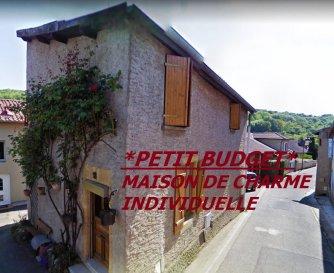*METZ CAMPAGNE, A SAISIR MAISON DE VILLAGE INDIVIDUELLE DE TYPE F4 + STUDIO *. A quelques minutes de Metz Centre,  pour les amoureux de l\' ancien ou un investisseur, maison de village située à Rozérieulles , proche de toutes les infrastructures, A4/A31, écoles, médecins ainsi que du centre commercial Metz waves actisud.<br/>D\'une surface utile de 85 m² environ, cette maison bénéficie également d\'un studio (entrée indépendante) pouvant servir de location saisonnière.<br/>-Vous y trouverez une belle pièce à vivre avec poutres apparentes, comprenant un salon-séjour avec coin cuisine à aménager selon ses besoins. Une salle d\' eau comprenant une douche, un meuble vasque et  un wc, Un espace buanderie.<br/>A l\' étage, deux chambres spacieuses  (9m² et 12m² environ). En sous sol une cave d\' époque. *cette maison ne bénéficie pas de jardin/ de terrasse ou de garage, aucun problème de stationnement*<br/>Chauffage au Gaz individuel, prévoir  travaux d\'embellissement.<br/>Charpente et toiture réhabilitées en 2018.<br/>*Les visites auront lieu uniquement après un premier entretien téléphonique, au 06 33 83 40 82 Sandrine Di Francesco titulaire de la carte professionnelle de la chambre des commerces Siret :78900935400018.