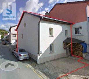 HOMESELL Immo vous propose en exclusivité une charmante maison d\'une surface totale de +/- 130m².<br>Ce bien se compose comme suit:<br><br>Au rez-de-chaussée une cuisine et un double séjour avec coin cheminée.<br><br>Au 1er étage nous disposons de 2 chambres de 13,21m² et 12,67m² respectivement et d\'un espace bureau de 7,88m² (utilisé en tant que chambre enfant)<br><br>Dans les combles nous trouvons un bel espace utilisé en tant que chambre avec sa salle de douche privatif et un petit local rangement (ou se trouve aussi le local technique du chauffage à gaz)<br>Ce même espace dispose aussi de raccordements prévus pour une éventuelle coin cuisine.<br><br>Un emplacement extérieur complète ce bien. <br><br>Pas de travaux à prévoir sauf un éventuel rafraîchissement.<br><br>