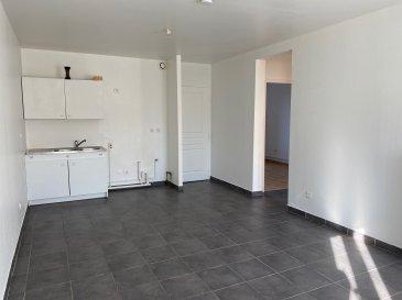 F3 51m2.  JOEUF, au rez-de-chaussée dans petit immeuble de 5 logements, F3 de 51m2 comprenant une cuisine ouverte sur séjour, deux chambres, une salle de bains et un wc séparé. L\'appartement est disponible de suite. Chauffage individuel au gaz.<br> LOYER : 400EUR + 30EUR (Electricité et entretien des communs, taxe d\'ordures ménagères)<br> AGENCE VENNER IMMOBILIER<br> 03 87 63 60 09