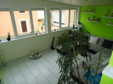 Modern renoviertes Duplex/Appartement im 1. Stock einer gepflegten Residenz,unweit der Sauer in Wasserbillig. Vom Flur ausgehend erreichen Sie das Badezimmer (mit Dusche und WC), das grosse und helle Wohnzimmer, sowie die offene Küche, das Schlafzimmer und einen weiteren Doppelwohnraum, der als Esszimmer genutzt werden kann. Grosse Fenster sorgen für eine lichtdurchflutete Atmosphäre. Über eine im Apartment befindliche Treppe mit indirekter Beleuchtung erreichen Sie die 2. Etage , in der sich 2 weitere Schlafzimmer und ein Abstellraum befinden. Auch hier sorgt ein grosses Dachfenster für viel Licht.  Im zum Apartment gehörigen Kellerraum befindet sich ein Waschmaschinenanschluss und Platz für einen Trockner . Selbstverständlich gehört eine Garage und ein Aussenstellplatz (passend für 2 Autos) dazu. Die verkehrsgünstige Anbindung zur Autobahn ist ein Vorteil für Pendler.