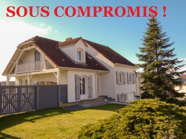 ** SOUS COMPROMIS **  Nous vendons à ALZING (57320), à proximité immédiate de BOUZONVILLE et de la frontière allemande ;  à 33 kms seulement de la frontière du LUXEMBOURG (SCHENGEN) ;   Une très coquette maison individuelle établie sans mitoyenneté au 4 de la rue des Lilas sur un terrain clos de 6a16.   Elle offre sur une surface habitable de 115,50 m2 :  En rez-de-chaussée :  Une entrée de 3,92 m2 Une cuisine de 8,09 m2 avec accès terrasse, ouverte sur  un séjour de 12,23 avec accès à cette même terrasse et  un salon de 23,08 m2. Un WC avec lave-mains.   En demi-niveau supérieur :  Une salle de bains avec baignoire et WC, de 7,14 m2 Deux chambres de 12,29 et 13,71 m2 dont l\'une actuellement  utilisée en petit salon Un bureau de 8,54 m2.  A l\'étage :  Une troisième chambre de 13,01 m2 avec accès à un balcon couvert, sur le pignon gauche de la maison. Une salle d\'eau et WC de 5,23 m2.   L\'ensemble sur un sous-sol complet avec un garage long de 8,47 m pour le stationnement de deux véhicules Sa porte est motorisée.   *** Construction de 1998. *** Niveaux intermédiaires sur dalles *** Double vitrage sur châssis PVC OB *** Volets battants en aluminium *** Chauffage central au fuel *** Kachelhoffen (foyer bois) *** Taxe foncière de 506 €.   LE BIEN EST IMMADIATEMENT DISPONIBLE  CONTACT :  Gérard STOULIG  - Agent commercial au : 06 03 40 33 55 WIR SPRECHEN DEUTSCH  NB : Les frais d\'agence sont à la charge du VENDEUR.