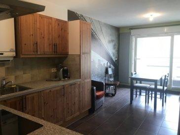 Au premier étage d'une résidence récente proche des axes autoroutiers, lumineux F2 de 35 m², pièce à vivre avec accès terrasse de 6m², cuisine équipée à l'américaine (Lave Vaisselle-plaques-hotte-frigidaire-four), une chambre avec placard de rangement, la salle d'eau avec meuble vasque, wc, radiateur sèche serviette, l'entrée est composée également d'un placard, un grand garage de 15m² libre de suite loyer 500€ +40€ de charges ( entretien chaudière gaz, électricité des communs, entretien des communs) Honoraires d'agence 235€ - visite-dossier-bail + 150€ état des lieux