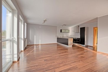 Louis MATHIEU RE/MAX Partners, spécialiste de l'immobilier à Limpach vous propose à la location ce superbe appartement de 2008, rafraîchit pour la location, d'une superficie de 92,67 m2 habitables. Situé au premier étage avec ascenseur d'une résidence de six unités, il se compose de la manière suivante :   Un vaste hall d'entrée avec porte manteaux, une pièce de vie séjour/salle à manger de presque 45 m2 avec un accès sur une terrasse exposée plein Sud, une cuisine équipée ouverte sur le séjour, deux chambres à coucher de 17 m2 et 15 m2, une salle de bains complète (baignoire, douche, double vasques, rangements), un WC indépendant.  Ce bel appartement est complété par un emplacement intérieur, deux emplacements extérieurs, et une cave.  Caractéristiques supplémentaires : double vitrage, chauffage au gaz, situation calme, etcà  Disponibilité immédiate.  Charges mensuelles : 265 €  Caution : 5400 €  Un dossier sérieux sera demandé.  Contact : Louis MATHIEU au +352 671 111 323 ou louis.mathieu@remax.lu Ref agence :5096293