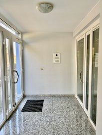 A LOUER APPARTEMENT REZ DE CHAUSSEE DE 1 CHAMBRE A CANACH AVEC JARDIN PRIVATIF  LIBRE DE SUITE - POSSIBILITE DE LOUER A COURT TERME (6 MOIS MIN)  CHEZ TOIT IMMOBILIERE, vous propose en location un appartement rez-de-chaussée de 1 chambre avec jardin privatif   Situé au calme il offre:  Hall d'entrée   Toilette visiteurs  Espace de vie avec sortie sur terrasse et jardin privatif  Cuisine équipée individuelle avec un accès sur terrasse et jardin  Chambre à coucher avec salle de douche  Cave, buanderie, emplacement intérieur,exterieur, jardin privé, viennent compléter le bien.