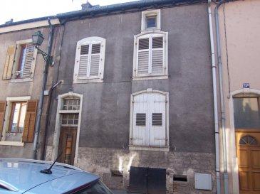 Maison de ville à rénover.  Proche des Lycées et du centre, elle est composée au rez-de-chaussée, d\'une cuisine ouvrant sur une petite terrasse et d\'un séjour. A l\'étage : 3 chambres et salle de bains. Grenier aménageable.
