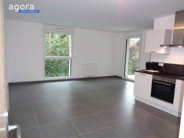 Thionville F2 - TERRASSE - CELLIER - PARKING PRIVATIF<br /><br /> Dans une résidence de 2018, F2 de 52.43 situé au 2 -ème et dernier étage avec ascenseur composé :<br /> d'une cuisine équipée ouverte sur séjour de 26 m²<br />, salle de bains avec douche, lavabo vasque et wc de 6 m², 1 chambre de 10.5 m², terrasse de  11 m², cellier de 2 m², parking privatif couvert. Chauffage individuel gaz,<br />Situé 11 rue sainte Elisabeth à 57100 Thionville dans une rue de riverains, à 10 mn à pied du centre au calme dans une rue de riverains,<br /><br />Chauffage individuel au gaz, volets électriques, prestations de qualité au normes RT 2012<br /><br />Loyer:   670 '<br />Charges: 50 '<br />Dépôt de garantie : 670 '<br /><br />Disponible le 1er janvier 2021<br /><br />DPE  B chauffage annuel 112 '<br />Honoraires à charges du locataire : 314, 58 ' dont 104,86 ' pour l\'état des lieux<br /><br />Agora Thionville : 03 82 54 77 77