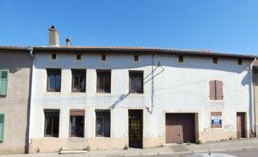 Nous VENDONS au cœur du village de VARIZE (57220) soit à proximité immédiate (moins d\'un kilomètre) de l\'accès à l\'autoroute A4 (METZ-STRASBOURG) et de ses connexions avec l\'A31 (NANCY-LUXEMBOURG) ;  une maison de village (ancien café-boulangerie), mitoyenne des deux côtés, établie sur un terrain plat et clos de 5a95.  Elle offre une surface habitable de 198 m2 en plain-pied et étage, comprenant notamment :  En plain-pied : Un couloir d\'entrée de 18,76 m2 Une cuisine de 19,13 m2 Une salle de bains et WC de 6,52 m2 Une pièce de salon-séjour établie dans l\'ancienne salle de café, de 41,18 m2  A l\'étage : Un palier de 5,38 m2 Une première chambre de 22,46 m2 Une pièce intermédiaire de 9,77 m2 permettant l\'accès à une deuxième chambre de 16,74 m2 par laquelle se fait l\'accès à une troisième chambre de 24,82 m2 et à un dressing attenant de 3,09 m2 Deux chambres de 18,76 et 12,33 m2  A l\'arrière du couloir du rez-de-chaussée et en demi-niveau supérieur sur son côté droit, l\'ancienne boulangerie de 12,85 m2 jouxtant l\'ancien fournil d\'une superficie de 16,50 m2. Leur superficie n\'a pas été prise en compte dans le total habitable annoncé.  Avec aussi : Un garage pour le stationnement de deux voitures, d\'une longueur de 9,48 m. Sa surface est de 28,49 m2. A l\'arrière de ce garage, une remise de 8,13 m2  Dans la cour arrière, un appentis de 48,90 m2 pour le stockage du bois notamment et pouvant aisément être transformé en terrasse couverte. Une cave voûtée sous une partie de la maison.    *** Fenêtres en double vitrage sur châssis bois sur la façade avant. *** Chauffage électrique *** Le bien est raccordé à l\'assainissement collectif. *** Périscolaire et classes primaires avec cantine dans le village même.  CONTACT : Gérard STOULIG – Agent commercial au : 06 03 40 33 55 ou l\'agence au 03 87 36 12 24 Les frais d\'agence sont inclus dans le montant annoncé.