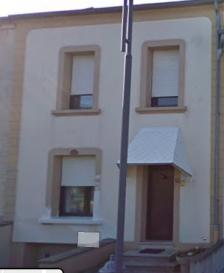 Maison à Tetange  se compose:  Rez-de-chaussée:  - Hall d'entrée - Cuisine - Salle à manger  - Living   1er étage: - 2 chambres à coucher  - Salle de bains   2ème étage: - Grenier aménageable   - Jardin - Terrasse - Garage pour 1 voiture  Nous vous invitons à nous rendre visite ou contacter l'un de nos commerciaux pour plus d'informations.  M. Moura Jemp  +352621216646  M. Marc Risch  +352621210333  Les surfaces et superficies sont indicatives  Rejoignez-nous sur Facebook : Newjomar Belval