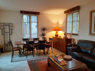 Spacieux appartement de plain-pied - Excellent état. Ce spacieux appartement est situé dans un secteur calme de l\'hyper centre-ville de Saumur à proximité immédiate à pied de toutes les commodités que vous pouvez attendre en centre-ville.<br/>Disposant de 3  grandes chambres dont une avec salle de douche privative,  d\'une cuisine équipée et aménagée ouverte sur un spacieux séjour, et une salle de douche complémentaire, vous pourrez également stationné votre véhicule devant l\'appartement grâce à sa place privative.<br/><br/>Les charges de copropriété comprennent le chauffage  et l\'eau en plus des prestations habituelles de copropriété (syndic, assurance, entretien des parties communes...).<br/><br/>Pour toute visite, n\'hésitez pas à contacter Laurent AUBERGER, (agent commercial en immobilier, immatriculé sous le numéro  525 067 476 au RSAC d\'Angers) au 06.01.94.77.80 !<br/> dont 5.26 % honoraires TTC à la charge de l\'acquéreur.<br/>Copropriété de 19 lots (Pas de procédure en cours).<br/>Charges annuelles : 2160.00 euros.