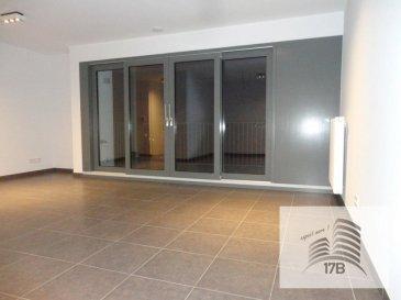 Lumineux appartement avec une surface habitable de 70,35 m2 situé au 2ième étage d'une résidence construite en 2018 dans le nouveau lotissement ARBORIA,, composé comme suit:  A l'étage : Hall d'entrée avec garde-robe intégrée et armoire intégrées, WC séparé, cuisine équipée ouverte sur vaste et lumineux séjour avec une baie vitrée donnant accès à la terrasse de 9 m2, une salle de bain avec baignoire, lavabo et WC, deux chambres à coucher.  Le bien est complété au sous-sol par une cave privative, un emplacement de parking intérieur et une buanderie commune.  Un 2ième emplacement intérieur peut-être loué pour € 100,- par mois.  Pour tous renseignements supplémentaires ou pour convenir un rendez-vous pour une visite, veuillez nous contacter par téléphone au (+352) 691 400 705 ou 691 400 706 ou par mail : info@17b.lu