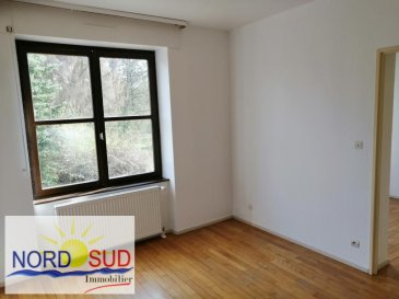 APPARTEMENT T4 BITCHE - 4 pièce(s) - 57.1 m2. Appartement de 57.1m² à louer à Bitche~~A louer très bel appartement lumineux de 57.1m² situé au sein d\'un parc privé. Le logement contient une cuisine, une salle de bain, un wc, un bureau et trois chambres.~Le loyer est de 410 euros avec une cave comprise et les charges s\'élèvent à 15 euros.