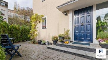 *** SOUS COMPROMIS *** SOUS COMPROMIS *** SOUS COMPROMIS ***  Située à Luxembourg, dans le quartier du Pfaffenthal, au 154, rue Laurent Ménager, cette maison unifamiliale, libre de trois côtés, d'une surface habitable de ± 199 m² se compose comme suit:  Au rez-de-chaussée, une porte coulissante sépare le hall d'entrée ± 4 m² de la cuisine équipée ± 13 m² suivie d'un grand séjour ± 26 m² avec feu ouvert et d'un salon d'hiver ± 23 m² avec accès à un agréable jardin donnant sur la rivière Alzette, orienté sud-est.  L'étage de nuit s'ouvre sur un palier desservant une première chambre ± 21 m² avec salle de bain ± 11 m² en suite, une deuxième chambre ± 12 m² donnant sur terrasse ± 20 m² et une salle de douche ± 5 m². Les deux chambres communiquent via une porte coulissante.  L'étage sous les combles comprend 2 chambres ± 11 m² chacune. Les connections pour y aménager une salle de douche sont présentes.  Le sous-sol comprend un appartement composé d'une chambre ± 18 m², d'un séjour-cuisine ± 25 m², d'une salle de douche ± 5 m² et d'un espace buanderie commun ± 12 m². L'appartement peut se louer 1500€/mois charges incluses.  Un lift pour deux voitures complète l'offre. Possibilité de louer 2 garages fermés complémentaires.  Généralités: - Maison entièrement rénovée en 2013 ; - Triple vitrage, chauffage au sol, nouveau toit en ardoises ; - Le vestiaire au rez-de-chaussée est transformable en wc séparé ; - Le jardin donne sur le parc Laval et dispose d'une entrée accessible depuis la route ; - A proximité (à pied) du Kirchberg et du centre-ville, ascenseur panoramique reliant le Pfaffenthal à la ville-haute, accès Kirchberg par le funiculaire ; - Arrêt de bus scolaire à 200m pour l'école Clausen ; - Ecole européenne de Kirchberg se situe à 5min en voiture.