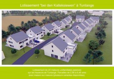 Le lotissement bei den Kalleksiewen à Tuntange se compose de 20 terrains de 2ares98 - 6ares46 pour la construction de maisons jumelées et de maisons jumelées par le garage. Les terrains sont vendus avec un contrat de construction.  Nous vous proposons ici une maison jumelée par le garage d'une surface brute de ca. 275m2, finition clé en mains. Garage intérieur double pour 2 voitures, 1 parking extérieur. 3 Chambres à coucher, 1 Dressing et 2 Salle de bains sur un terrain de 5.98ares.   Nous vous proposons plusieurs variantes d'exécution des maisons annoncées. Prière de nous contacter afin de connaître les différentes formules.  Tous les prix annoncés s'entendent à 3% TVA, sujet à une autorisation par l'administration de l'enregistrement et des domaines. Ref agence :5480981 Lot6 Maison Type4