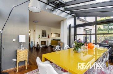 Henriques Eusebio & RE/MAX Luxembourg , spécialistes de l'immobilier à STRASSEN, vous proposent cette très belle demeure libre des 4 cotés, d'environ 320 m² de surface totale, construite en 2003.  Située dans un quartier résidentiel de STRASSEN, cette belle propriété spacieuse vous séduira par la qualité de ses finitions et des matériaux utilisés afin rendre ce bien unique.  La maison se compose comme suit :  Au rez-de-chaussée :  - Un spacieux hall d'accueil. - Un grand espace de vie comprenant salon/séjour avec feu ouvert, une véranda donnant accès sur une terrasse et son jardin soigné.  - Une cuisine entièrement équipée (piano 6 feux, four, frigo américain, cuiseurs à pâtes), très lumineuse donnant sur une deuxième terrasse. - Un bureau, et un WC séparé   Au 1er étage : - Deux chambres de grande surface, - Une Salle de bain avec (baignoire, douche, double vasque, et WC) - une troisième chambre avec salle de bain privative (baignoire, douche, double vasque et WC) et dressing.  Au 2e l'étage, vous disposez - d'une chambre et une suite parentale avec dressing et accès à la terrasse de plus de 20 m² dominant le quartier.  - Une troisième salle de douche (double vasque, douche italienne,WC) carrelage au sol pain à la main.  Au sous-sol :  - Un garage pour 3 voitures. - Une grande buanderie. - Un local technique. 2 emplacements de parking devant la maison   M. Henriques Eusebio : +352 691 66 00 33