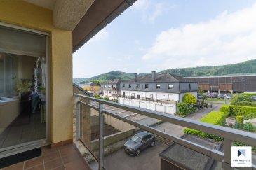 Ce bel appartement de ± 74m² habitables au 2ème par ascenseur d'un immeuble construit en 1991, se situe au calme, côté opposé à la rue de Lintgen, avec une vue dégagée, sans vis-à-vis, orienté plein ouest. Ce bien bénéficie de la proximité de la gare et de l'accès à l'autoroute mettant le Kirchberg à 10 minutes et le centre-ville de Luxembourg à 20 minutes ainsi que toutes commodités (école, crèche, commerces, restaurants, piste cyclable etc..  Il se compose comme suit :  Au 2ème étage : d'un hall d'entrée de ± 9m² ; d'un séjour de ± 31m² avec son accès vers un balcon de 5m² ; d'une cuisine équipée de ± 9m² séparée du séjour par une verrière ; d'une chambre de ± 15m² ; d'une salle de bain de 7m² avec baignoire, douche, lavabo et wc ; d'une salle de bain avec baignoire/douche et lavabo ; d'un WC séparé ; d'un débarras/penderie.  Au rez-de-jardin : d'un garage de 18m² et d'une cave de ± 14m²  Généralités :  •Immeuble et appartement en bon état •Ascenseur, double vitrage •Appartement calme avec vue dégagée vers l'ouest •Proximité de la ville, des commerces, des restaurants et des transports en commun (bus, gare et accès autoroute.