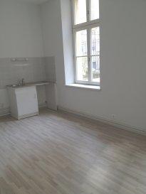 Appartement F2 centre-ville.  Il se compose d\'une entrée, d\'une cuisine ouverte sur séjour avec accès cour, d\'une chambre et salle de douche, WC. (parquet)  Chauffage individuel au gaz.  Disponible de suite