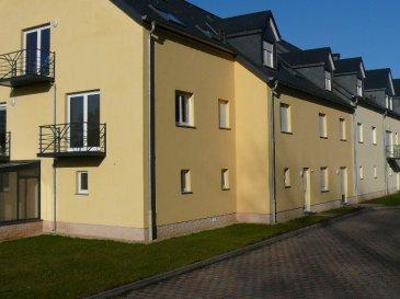 Agréable appartement à louer dans le village de Colpach-Haut.  L'appartement de 52m² situé au 1er étage se compose de: - hall d'entrée - wc séparé - salle de bain, 2 lavabo - 1 belle chambre à coucher - séjour / salle à manger avec coin cuisine équipée, sortie sur balcon - cave - 1 emplacement extérieur - garage.