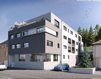 RE/MAX Select et Julien Feld, spécialistes de l'immobilier à Junglinster, vous proposent cet appartement situé à Junglinster dans une résidence en future construction. Cette résidence s'implante idéalement en plein cœur de Junglinster, proche de toutes commodités ( commerces, transports en commun...). L'appartement se trouve au 1er étage avec ascenseur. Il dispose d'une grande terrasse de 22 m². Il est vendu avec 2 emplacements intérieurs et une cave de 12 m² (l'ensemble étant inclus dans le prix) Finitions intérieures de haut standing Plans et cahier des charges disponibles sur demande. Le prix affiché comprend la TVA mixte (sous condition d'acceptation de votre dossier par l'administration de l'enregistrement et des domaines) et la commission d'agence de 2%+TVA. Pour tous renseignements merci de contacter Julien Feld 661554403 / julien.feld@remax.lu