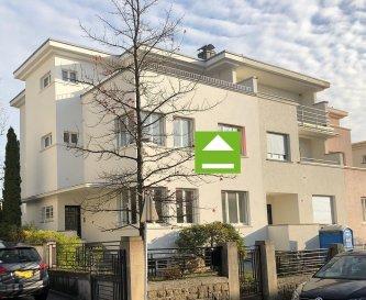 Luxembourg Centre -   Quartier : Merl - Belair (rue de Nassau) --- A louer « Maison de Maître » avec 5 chambres à coucher --- Surface : 285 m2 --- Terrain :  4a 75 --- RDC : Hall d'entrée Living avec feu ouvert (Parquet) Salle à manger Cuisine équipée séparée (neuve) W.C. séparé  Terrasse (40 m2) Jardin  -------------------- 1ier étage : 3 chambres à coucher (30m2, 17,5m2, 10m2) Parquet Salle de bains(baignoire et douche) + W.C. Terrasse (12m2) --------------------- 2e étage : 2 chambres à coucher (20m2, 10m2) Parquet Salle de douche avec W.C. Terrasse (30m2) --------------------- Sous-sol : Garage (1 voiture)  Wellness avec SAUNA W.C. séparée Chaufferie au Gaz (2018) Caves ---------------------- Les + : Entièrement rénovée (salle de bains neuves, cuisine neuves, peinture neuve, fenêtres neuves) Très représentatif Situation calme Belles finitions  Proximité « International School » (600m) Centre-ville à 800 m Garage Objet très rare en location ---------------------- Équipements : Alarme Sauna Feu ouvert Fenêtres neuves ---------------------- Pour plus de renseignement ou un RDV contactez : SIGELUX : 46 71 31 - 691 65 07 24 ou info@sigelux.lu