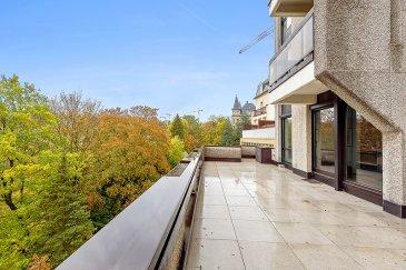 Ce bien est un réel coup de cœur !  Situé à Luxembourg Centre / Hollerich, le long de la Vallée de la Pétrusse, dans une résidence construite en 1975, cet agréable duplex d'environ 174m² habitable, 2 chambres et belle terrasse, rénové en 2016/2017, se compose comme suit :  Au rez-de-chaussée, un hall de ±2m², un w.c. ±2m², un palier ±3m² qui mène vers le séjour d'environ 39m², très lumineux grâce ses baies vitrées (posées en 2005, marque Schucko anti-effraction WK3) et original de par ses grands carrelages (1m/1m), il se prolonge par une grande et belle terrasse ensoleillée ±28m² dominant ainsi les jardins de la Pétrusse. La cuisine, séparée ± 8m², équipée (marque Varenna et plans de travail en Corian), la chambre ±20m² avec deux armoires intégrées d'environ 1m² chacune, et enfin la salle de douches ± 6m² (douche, lavabo et w.c).  La cage d'escalier ±9m² mène au 1er étage qui comprend :  Un hall ±5m², un salon ±23m², une salle à manger ±18 m² (ces deux pièces sont facilement transformables) et se prolongent par une terrasse d'environ 6m², avec vue sur la Pétrusse, un vestiaire / kitchenette ± 13m² (armoires incorporées) également aménageable en salle de bains, un palier ±4m², un wc séparé ±1m² (avec lavabo), un débarras / buanderie ± 1m², une salle de douches ±6m² (douche, lavabo, wc et sèche serviettes), une chambre de ±17m².  Au sous-sol; 2 caves de ± 4m² et ± 10m² chacune.  Possibilité d'acquérir deux emplacements de parking dont un sur l'ascenseur (petite voiture) à 80.000€ et le deuxième parking pour voiture standard à 120.000€.  Généralités :  Duplex en très bon état, rénové récemment et modulable;  Eclairage indirect (spots encastrés) dans la plupart des pièces ainsi que des armoires intégrées;  Meubles, matériaux et finitions de qualité, terrasse avec luminaires incorporés;  Belle Vue sur la Vallée de la Pétrusse;  Situé au centre-Ville, ses commerces, écoles et commodités, proximité du Cactus de Merl.