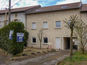 EXCLUSIF,  à SAISIR ! Idéal pour un investissement immobilier à proximité du LUXEMBOURG, (à 14 kms seulement de SCHENGEN).  Nous VENDONS au 1, place de l\'église à REMELING (57 480) un petit immeuble intégralement reconstruit en 2005 pour la création de quatre appartements entièrement indépendants, ayant chacun leur entrée séparée.  A savoir :  1) En rez-de-chaussée avant :   Un appartement deux pièces de 34,95 m2 accessible en plain-pied. Cuisine équipée. Loué 400 €/mois net propriétaire. DPE : E à 256 et C à 11.  2) En rez-de-chaussée arrière : Un appartement deux pièces de 37,03 m2 avec cuisine équipée. Terrasse. Il est loué 400 €/mois net propriétaire. DPE : D à 229 et B à 9.  3) Au premier étage arrière gauche  : Un appartement 5 pièces de 85,05 m2 (En loi Carrez), cuisine équipée. Avec aussi sa terrasse privative et son garage de 35 m2 environ. Porte motorisée. L\'ensemble est loué pour la somme de 600 €/mois net propriétaire. DPE : D à 178 et B à 8.  4) Au premier étage arrière droit : Un appartement 5 pièces de 85,39 m2 (en Loi Carrez), avec cuisine équipée et son garage privatif de 35 m2 environ. Porte motorisée L\'ensemble est loué pour la somme de 580 € par mois, net propriétaire. DPE : D à 166 et B à 8.  *** Tous les compteurs sont séparés. *** Chauffages électriques par le sol pour les espaces de jour, et par radiateurs dans les chambres. *** Fenêtres en double vitrage et portes PVC de 2005. *** Pas de communs, pas de charges collectives. *** Taxe foncière de 922 €. L\'ensemble est établi sur un terrain de 7a33.  CONTACT : Gérard STOULIG, agent commercial au : 06 03 40 33 55 (Wir sprechen Deutsch) Les frais d\'agence sont à la charge du vendeur.