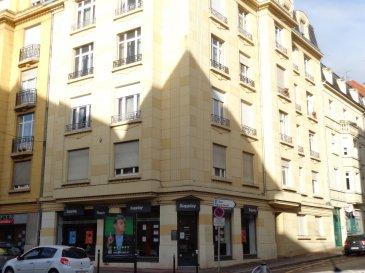 Rue Sébastien Leclerc, à proximité immédiate de la Gare, au rez de chaussée, appartement 2 pièces de 59m² comprenant une entrée, une cuisine , un salon-séjour, une chambre, une salle de bains, WC. Chauffage individuel au gaz. Disponible à compter du 01 Novembre 2018