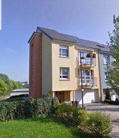 Appartement-duplex à vendre à Gasperich (Luxembourg-Ville), dans une maison bi-familiale.   Rue tranquille   Cet appartement a une surface habitable de +-140 m² avec 4 chambres à coucher et et jardin privatif de +- 2 ares.   Dans cet appartement vous trouvez:   Hall d´entrée, 4 chambres à coucher, dont une avec accès au balcon, grand living lumineux avec accès au balcon, cuisine séparée et équipée, salle de bain et WC séparé, débarras, buanderie   Cave privative  Garage et place de parking extérieure  Jardin privatif