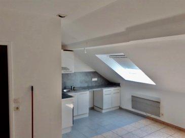 F3 dans petit immeuble centre. Dans petit immeuble au centre d\'Algrange, appartement F3 composé d\'une pièce à vivre ouvert sur cuisine équipée, 2 chambres, salle d\'eau, WC séparé.<br/>Disponible courant juin