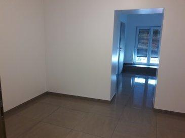 Chambre meublée de +/- 23 m2 avec Salle de douche. Cuisine équipée + Buanderie en commun