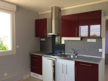 STUDIO .  Studio d'une surface habitable de 28 m² comprenant : une pièce de vie avec cuisine équipée (plaques de cuisson, hotte, réfrigérateur), salle de bains avec wc, une chambre avec placard. Chauffage électrique. LIBRE à partir du 21 mai 2019.