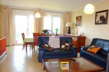 *** Sous Compromis *** New Keys vous propose en exclusivité un bel appartement de +/- 81,5 m2 à Luxembourg - Cents dans une résidence récente et bien entretenue (construction de 2005).  A la fois fonctionnelle et bien agencé, ce bien situé au 2ième étage avec ascenseur se présente de la manière suivante:  Hall d'entrée; Spacieux living avec accès au balcon; Cuisine entièrement équipée; 2 Chambres à coucher (+/- 13,4 m2 et 11,45 m2)  Salle de bain avec baignoire; Salle de douche avec WC; Débarras / Espace buanderie; Balcon avec marquise électrique et vue sur espace vert (8,5 m2).  Pour compléter ce bien, vous disposez également d'un emplacement intérieur et d' une cave. En commun, vous profitez également d'un agréable jardin.  Proche de toutes les commodités (supermarchés, crèches, parcs..), la résidence profite d'un environnement calme et bien desservie à seulement 10 min de Kirchberg et du centre ville (arrêt de bus devant la résidence, accès rapide aux axes autoroutiers).  Bail emphytéotique sur le terrain.   Pour tous renseignement et/ou visite veuillez contacter le 661 120 388 ou par email à l'adresse info@newkeys.lu