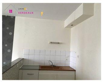 Idéale étudiant ou premier logement ! Appartement rénové de type F2 comprenant une pièce à vivre ouverte sur cuisine, une chambre, une salle de bains et un toilette séparé.