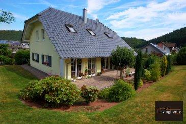Très belle maison sise en Allemagne, région Eifel (Ardennes) à D-54531 Meerfeld, 12, kleine Wiese, construite en 2008, d\'une surface habitable de +- 200 m2 avec garage. Le bien est implanté sur un terrain de 11 ares 22 centiares + terrain à bâtir d\'une surface de 6 ares 60 centiares avec infrastructures (en option).<br><br>DESCRIPTION:<br><br>REZ-DE-CHAUSSEE:<br>- Hall d\'entrée avec WC séparé<br>- salon et salle à manger<br>- cuisine équipée<br>- débarras<br>- buanderie (avec douche)<br>- garage <br><br>ETAGE 1:<br>- Hall de nuit<br>- 1 chambre à coucher de +-28,30 m2 avec salon et salle de bains privative (bain, douche, lavabo et WC)<br>- 1 chambre à coucher de +-29,35 m2 avec salon et salle de douche privative (douche, lavabo et WC)<br>- 1 pièce pouvant servir de bureau ou rangement<br><br>JARDIN aménagé avec réservoir d\'eau de pluie (3000 litres)<br /><br />Deutsch<br /><br /><br />Schönes Einfamilienhaus gelegen in Deutschland, Region Eifel in D- 54531 Meerfeld, 12, kleine Wiese. Baujahr 2008, mit einer Wohnfläche von + - 200 qm. An der linken Seite des Hauses befindet sich eine Kfz-Garage. Weitere Außenstellplätze stehen in der gepflasterten Zufahrt sowie unmittelbar vor dem Wohnhaus bereit. Das Anwesen befindet sich auf einem Grundstück von 1.122 qm. Anliegende Bauparzelle mit einer Fläche von 660 qm mit kompletten Anschlüsse in Option.<br><br>Das pflegeleichte Gartengrundstück (mit Regenwassertank 3000 Liter) ist vollständig angelegt und genießt ausgiebig Sonne.<br><br>Das gesamte Wohnhaus befindet sich bis auf die persönliche Raum- und Farbgestaltung in einem einzugsfertigen Zustand.<br><br>BESCHREIBUNG:<br><br>ERDGESCHOSS:<br>- Eingangsbereich mit separatem WC<br>- Wohn- und Esszimmer<br>- Einbauküche<br>- Abstellraum<br>- Waschküche (mit Dusche)<br>- Garage<br><br> OBERGESCHOSS:<br>- 1 Schlafzimmer, gross +-28,30 qm mit Wohnbereich und eigenem Badezimmer (Badewanne, Dusche, Waschbecken und WC )<br>- 1 Schlafzimmer, gross +-29,35 qm mit Wohnbereich und 