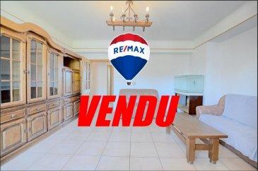 ** VENDU par Eduardo VIEIRA**  RE/MAX, spécialiste de l\'immobilier à Sandweiler vous propose à la vente un charmant appartement spacieux, idéalement situé dans le centre de Sandweiler d\'une superficie d\'environ 105 m² habitables. Situé au premier étage d\'une résidence récemment rénové, il se compose de la manière suivante :  Une entrée qui dessert toutes les pièces de l\'appartement,  la première chambre de 14 m², la deuxième chambre de 13 m², la cuisine équipée de 16 m² avec une possibilité de combiner la chambre parentale de 19 m²  pour recevoir un séjour avec cuisine ouvert d\'environ 35 m², le living de 23 m² et une salle de bain avec baignoire. L\'appartement bénéficie de fenêtres double vitrage, chauffage mazout, d\'une cave d\'environs 15 m² et d\'un jardin privatif de 63 m² etc.. A 10 mn du Kirchberg et de l\'aéroport, à 5 min du SNCT (Station de contrôle Sandweiler), proximité de l\'autoroute A1, transports en commun, commerces, pharmacie, écoles à proximité.  Disponibilité dans un délai assez court.  Charges mensuelles : +/- 185 € / mois  La commission d\'agence est inclut dans le prix de vente et supportée par le vendeur.  N\'hésitez pas de me contacter:  +352 691 683 703 ou eduardo.vieira@remax.lu  Eduardo VIEIRA Ref agence : 5096278