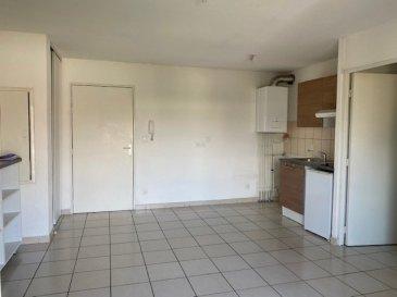 Au 2ème et dernier étage d'une résidence récente et sécurisée, coquet F2 en bon état avec un bel espace vie et son coin cuisine ( plaque-hotte-frigidaire),une chambre avec placard, une salle de bain avec meuble vasque et wc , un dégagement avec placards, une terrasse avec une vue dégagée, une place de parking attitrée, charges mensuelles 80€, prix 80 000€ + 6000€ d'honoraires d'agence charge acquéreur