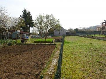Terrain constructible de 1055m2.  Au centre du village, dans quartier calme et peu passant terrain à bâtir de 1055m2 non vabilisé, 13 mètres de façade.